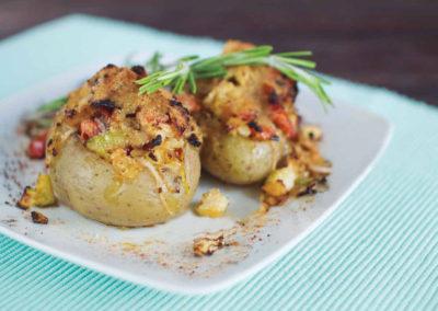 Batata recheada com soja, cebola, curgete e couve-flor