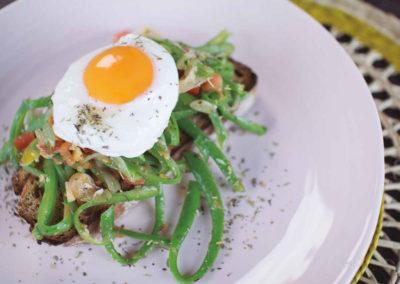 Feijão-verde com ovo escalfado